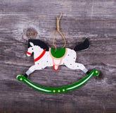 Ornamento decorativo do Natal - ornamento do cavalo no backgro de madeira Fotografia de Stock