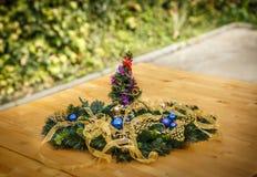 Ornamento decorativos típicos do Natal, em uma tabela de madeira Imagens de Stock Royalty Free