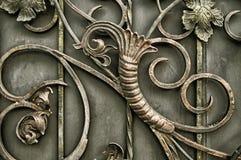 Ornamento dei portoni del metallo con gli elementi forgiati decorati fotografia stock