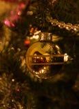 Ornamento del árbol de navidad de la bola del oro Fotografía de archivo