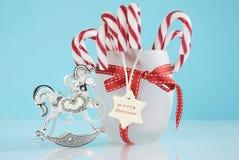 Ornamento del árbol del caballo mecedora del vintage de la Navidad y tarro de plata de bastones de caramelo Foto de archivo libre de regalías