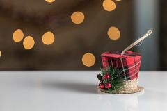Ornamento del cappello di natale sul fondo astratto bianco di Natale prescelto fotografie stock libere da diritti
