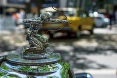 Ornamento del cappuccio dell'automobile di lusso Pierce-Freccia, 1933 Fotografie Stock