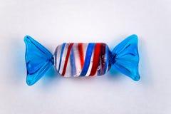 Ornamento del caramelo en el fondo blanco hecho del vidrio imagenes de archivo
