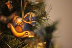 Ornamento del cavallo a dondolo di Natale, con copyspace fotografia stock