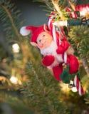 Ornamento del duende del fieltro con el bastón de caramelo Foto de archivo libre de regalías