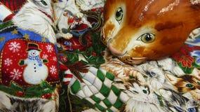 Ornamento del gatto di Natale sulla trapunta Fotografia Stock Libera da Diritti