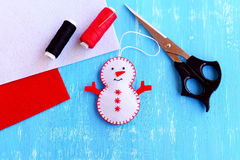 Ornamento del muñeco de nieve de la Navidad step El muñeco de nieve de la Navidad del fieltro, tijeras, hilo, aguja, fieltro junt Fotografía de archivo