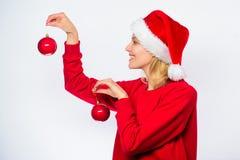 Ornamento della decorazione delle palle della tenuta due del cappello di Santa di usura di donna per natale Come decori per l'inv fotografia stock libera da diritti