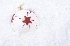Ornamento della sfera di natale su neve Fotografie Stock