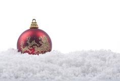 Ornamento della sfera di natale su neve Fotografia Stock