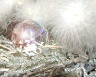 Ornamento di cristallo sfaccettato su un albero della piuma bianca Fotografia Stock