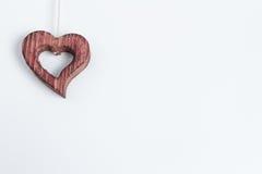 Ornamento di legno del cuore che simbolizza amore Immagini Stock Libere da Diritti