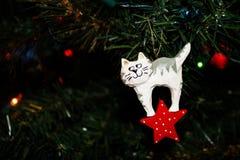 Ornamento di legno scolpito di Natale di Kitty Cat bianca su un albero di Natale immagini stock libere da diritti