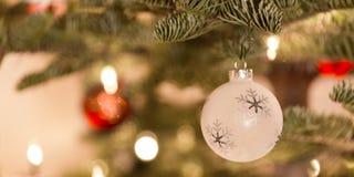 Ornamento di natale che pende da un albero di Natale Immagine Stock