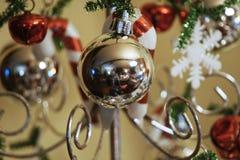 Ornamento di Natale con altri sfuocato immagine stock