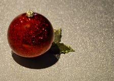 Ornamento di natale Decorazioni rosse di natale fotografia stock libera da diritti
