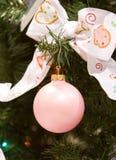 Ornamento di natale di colore rosa di bambino Fotografie Stock