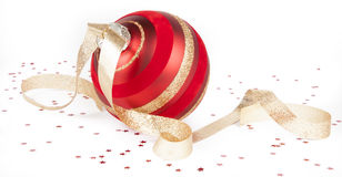 Ornamento di natale, nastro dell'oro, coriandoli su bianco Fotografia Stock