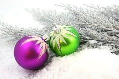 Ornamento di natale su neve Immagini Stock Libere da Diritti