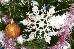Ornamento do feriado da árvore de Natal que pendura de um ramo sempre-verde Fotografia de Stock