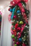 Ornamento do Natal da faísca do close-up na obscuridade - azul, h roxo, vermelho Fotos de Stock Royalty Free