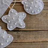 Ornamento do Natal de feltro a fazer Brinquedos da árvore de Natal feitos do feltro e decorados com grânulos Fundo de madeira do  Imagem de Stock Royalty Free