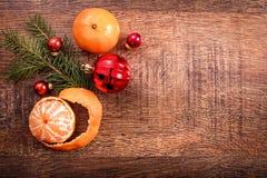 Ornamento do Natal, decoração do alimento e ramo de árvore vermelhos do abeto em um fundo de madeira rústico Foto de Stock Royalty Free