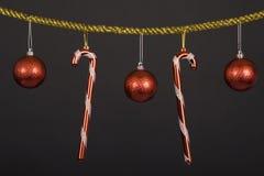 Ornamento do Natal e bastões de doces. Imagens de Stock