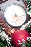 Ornamento do Natal e pulso de disparo - fundo dos feriados foto de stock