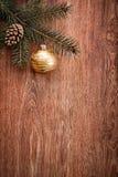 Ornamento do Natal e ramo de árvore do abeto em um fundo de madeira rústico Imagens de Stock