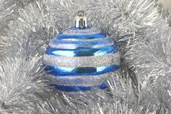 Ornamento do Natal, esfera azul Foto de Stock Royalty Free