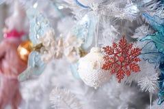 Ornamento do Natal A fechou-se acima dos detalhes de decorações do Natal em uma árvore do White Christmas com foco macio no brilh imagem de stock royalty free