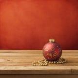 Ornamento do Natal na tabela de madeira Imagem de Stock Royalty Free