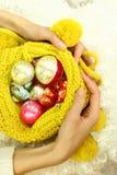 Ornamento do Natal nas mãos fêmeas bonitas Fotos de Stock