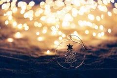 Ornamento do Natal no fundo iluminado nevado imagens de stock royalty free