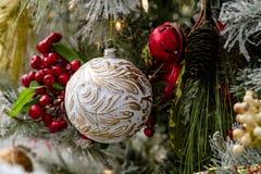 Ornamento do Natal que penduram na árvore Fotografia de Stock