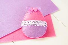 Ornamento do ovo da páscoa de feltro A Páscoa sentiu ofícios do ovo para crianças fotografia de stock royalty free