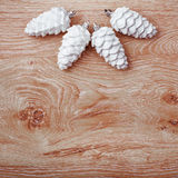 Ornamento do White Christmas em um fundo de madeira rústico Foto de Stock Royalty Free