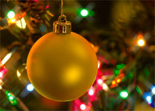 Ornamento dorato di natale nell'albero di Natale Immagine Stock Libera da Diritti