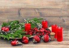 Ornamento dos brinquedos das decorações do Natal Quinquilharias e velas vermelhas Imagens de Stock