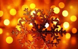 Ornamento dourado da árvore de Natal do floco de neve Fotografia de Stock