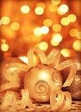 Ornamento dourado da árvore de Natal dos baubles Fotos de Stock