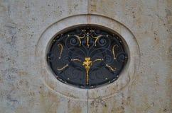 Ornamento dourado e preto bonito no mármore no formato do papel de parede foto de stock royalty free