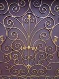Ornamento dourado em um fundo marrom imagem de stock
