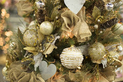 Ornamento dourados amarelos mornos da bola da árvore de Natal imagens de stock royalty free