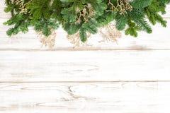 Ornamento dourados do pinheiro no fundo de madeira Imagem de Stock