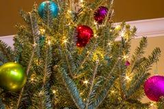 Ornamento e luzes da árvore de Natal Fotos de Stock