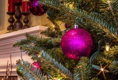 Ornamento efervescente roxo na árvore de Natal Fotografia de Stock