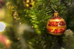 Ornamento en decoraciones del árbol de navidad foto de archivo libre de regalías